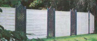 За таким внутренним забором может располагаться игровая площадка или бассейн.