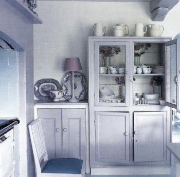 Гармоничное сочетание мягких сиреневых и настоящих синих оттенков придало кухне-столовой, спроектированной Леной Прудлок, утонченность.