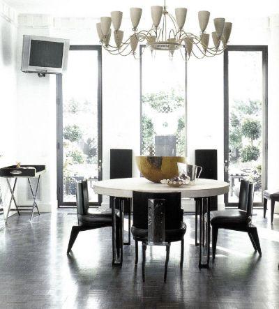Проникнутое суровым духом интерьерное пространство с черной мебелью с необычным светильником работы Томми Парзингера поразительно и совершенно.