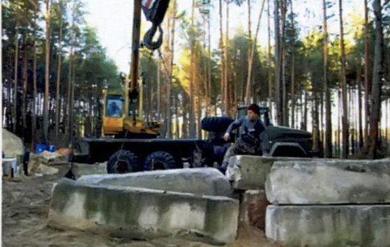 Блоки привозят и сгружают при помощи крана, цепляя их за петли