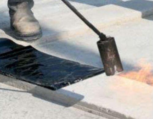 Рулонную гидроизоляцию наплавляют с помощью пропановой горелки