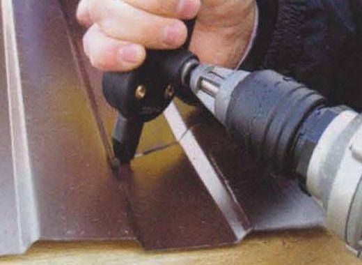 Применение специальной насадки для дрели делает монтаж металлочерепицы более лёгким и быстрым