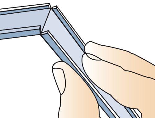 Шаг второй: крышка изгибается в месте надреза полок