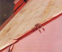 В работе используют кляммеры - специальные крепления, с помощью которых картины монтируют на обрешетке