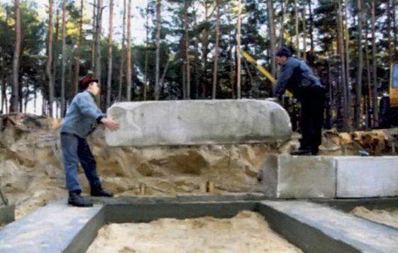 Блоки подают к подготовленному месту установки, кладут на раствор