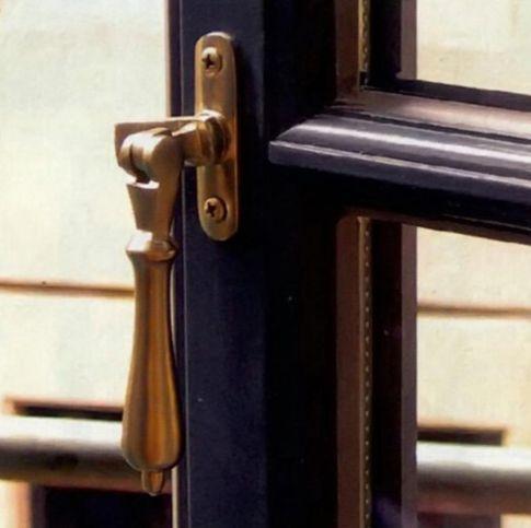 Нужно, чтобы фурнитура позволяла открывать и закрывать окно без усилий
