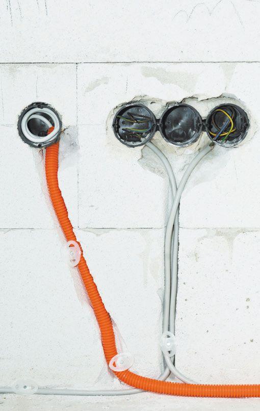 Два вида укладки кабеля в стену: в гофрированной пластиковой трубе и без нее