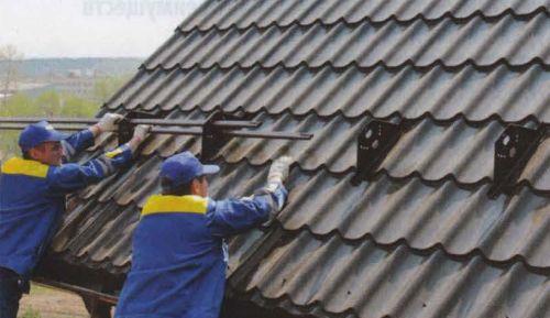 Защитить от лавинообразного схода снега с крыши помогают трубчатые снегозадержатели