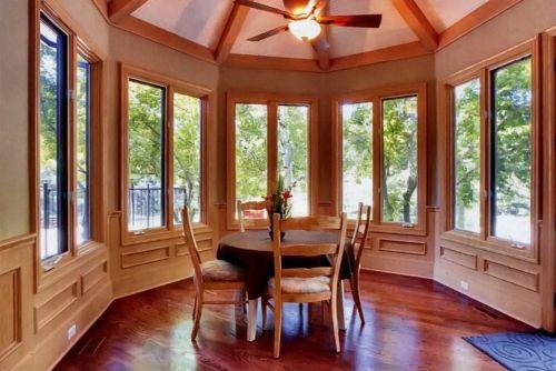 Для приватного интерьера деревянные окна - пожалуй, лучшее решение. Они экологически чистые, долговечные и легко вписываются в любой интерьер