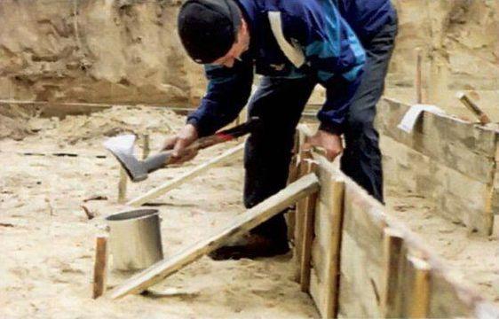 Устойчивость опалубки обеспечивают при помощи подкосов, а также кольев