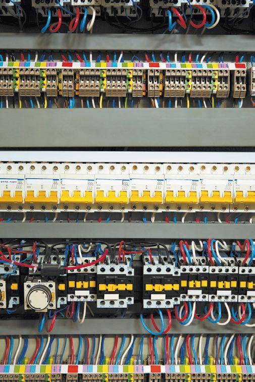 Внутренности металлического ящика на несколько десятков групп автоматов