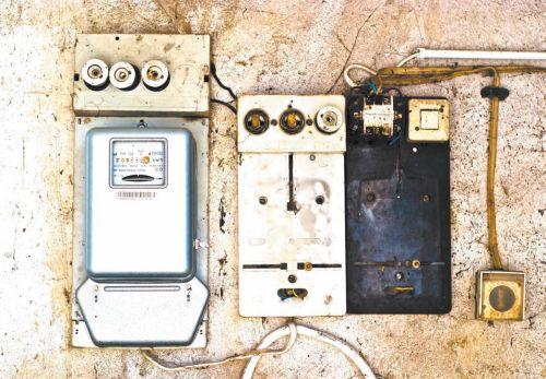 Пример устаревшего квартирного щита: механический счетчик, автомат отключения и несколько предохранителей (если у вас в квартире стоит подобный щит, лучше заменить его во избежание аварийных ситуаций)
