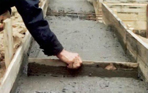 При заливке бетон разравнивают сначала лопатой, потом - гладилкой