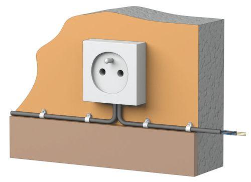 Пример крепления трубы к стене при помощи электроустановочной скобы