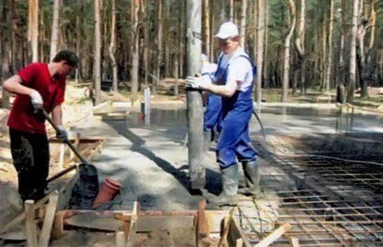 Бетон заливают равномерно, корректируя толщину его слоя лопатой