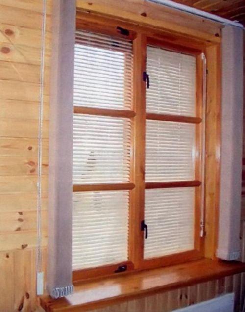 Особенно изысканно деревянные окна смотрятся в домах, где и стены выполнены из дерева