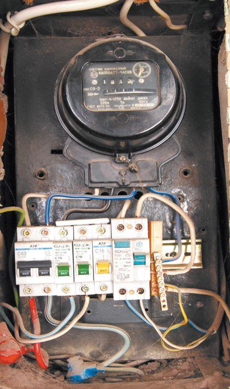 Механический старый счетчик: видна пломба, которую поставил электрик после установки прибора