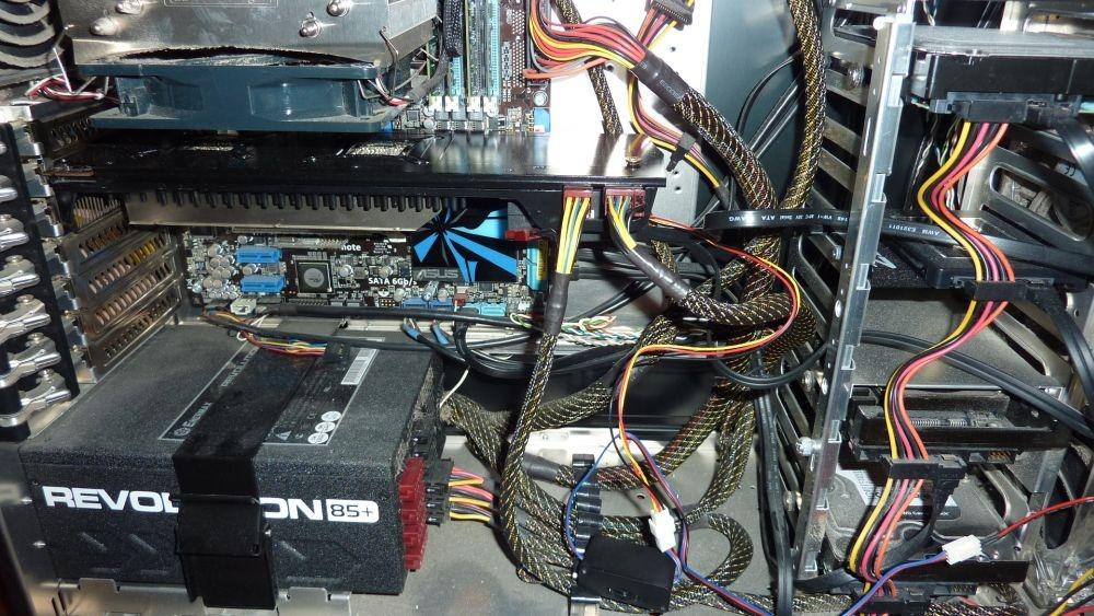 Radeon 5970 в системном блоке. Внизу виден блок управления оборотами