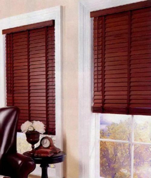 С белыми деревянными окнами оригинально сочетаются контрастные жалюзи из того же материала