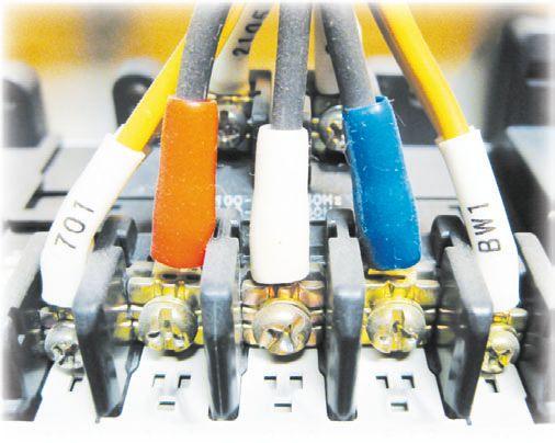 Провода подсоединяются к контактам ВА при помощи винтовых зажимов