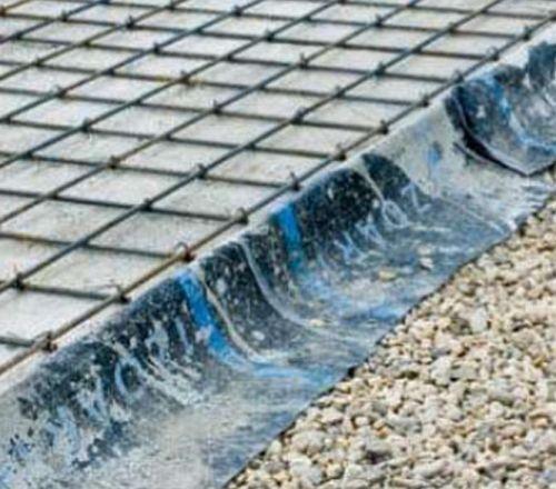 Горизонтальную гидроизоляцию фундаментной плиты защищают цементнопесчаной стяжкой
