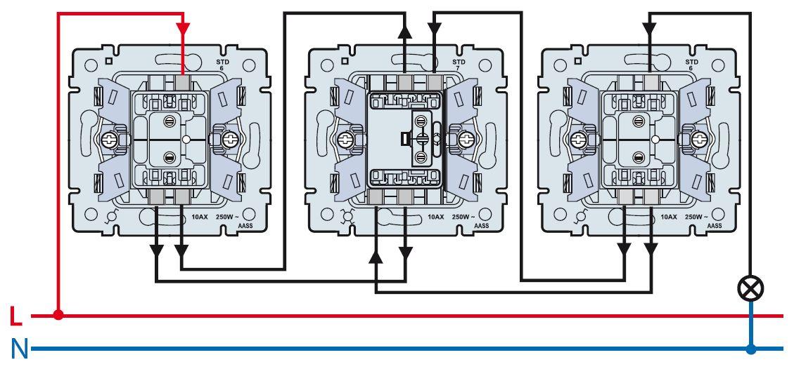 Схема соединения выключателей между собой: посередине — крестовой с 4 контактами для соединения остальных переключателей между собой