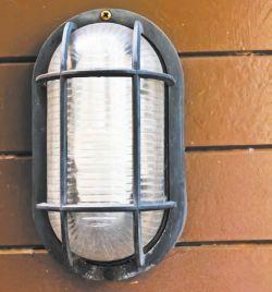 Настенный пылевлагозащищенный светильник с решеткой, обычно устанавливается в технических помещениях