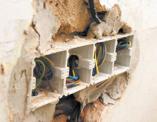 Группа установочных коробок, зафиксированных в стене при помощи штукатурки