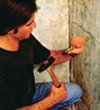 Разделывают трещины с помощью молотка и зубила и зачищают металлической щеткой