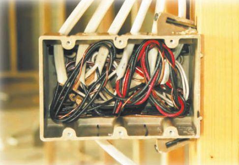 Снизу к распределительной коробке подходит питающий кабель, который расщепляется на несколько отходящих проводов