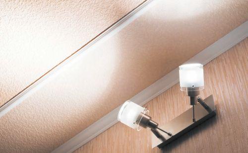 Отраженный от потолка свет более мягкий и создает рассеянное освещение в определенной зоне