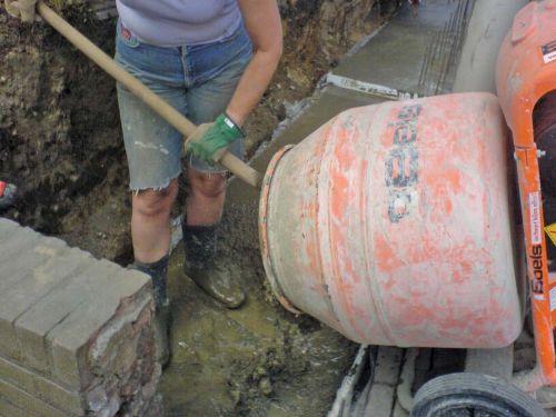 Некоторые строители загружают компоненты (сухую смесь и воду) в барабан бетономешалки на глазок, нарушая при этом последовательность. Из-за этого бетон и раствор часто получается слишком густым, что приводит к дополнительной нагрузке на агрегат.