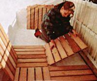 Изоляция от холодного бетонного пола, простота укладки, внешняя привлекательность - вот основные достоинства деревянного щитового пола. Эффективный дренаж обеспечивают щели между досками щитов и зазоры между щитами