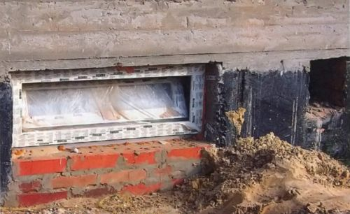 Заботясь о теплоте и сухости подвала, необходимо уделить внимание не только стенам, но и окнам. Лучший вариант - многокамерный стеклопакет
