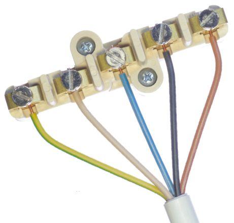 Винтовой зажим и закрепленный в нем пятижильный кабель