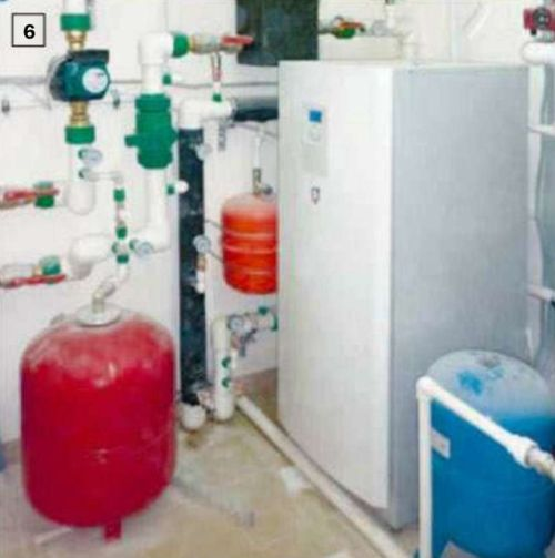 6. Тепловой насос и сопутствующее оборудование установили в отдельном помещении в цокольном этаже. К горизонтальному коллектору теплосбора подключают расширительный бак, устанавливают воздухоотводчики и вентили. Затем контур заполняют антифризом