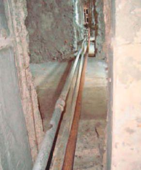 Трубопроводы водоснабжения закреплены не по всей длине