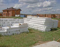 На строительную площадку блоки поступают уже в готовом виде.
