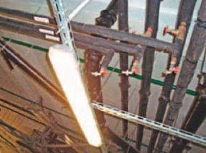 Сливные краны установили над светильником