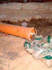 Канализационная пластиковая труба осталась незаглушённой