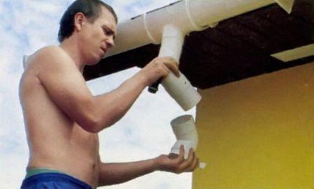 6. С помощью двух колен соединяют воронку с трубой водостока