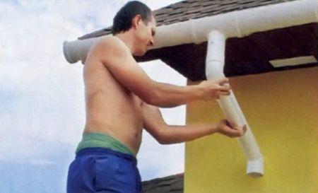 7. Чтобы водосток прилегал к стене, между коленами вставляют отрезок трубы
