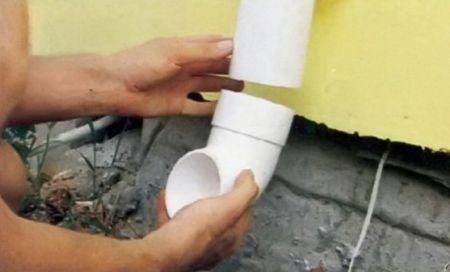 9. На конце трубы монтируют слив, оставляя до земли 30 см