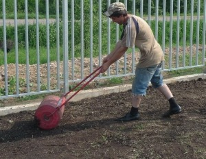 Укладка рулонного газона - подготовка почвы