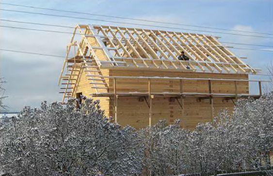 Для подшивки свесов крыши пришлось специально сооружать леса