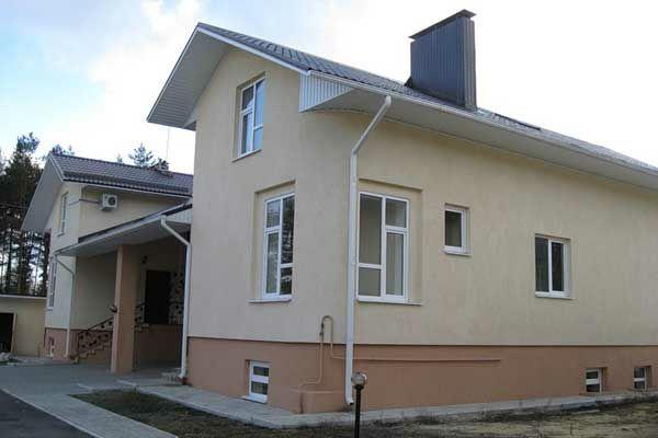 Фасад дома отделан декоративной штукатуркой