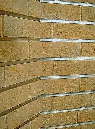 Вместо традиционной затирки в расшивочные швы можно вставлять металлический профиль