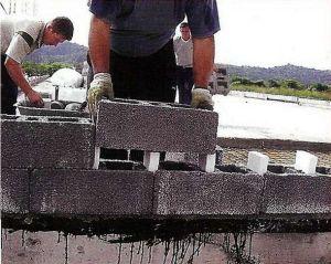 4. Дальнейшая укладка блоков ведется по принципу кирпичной кладки со смещением. Блоки «нанизываются» на вставки утеплителя, армируются и заливаются бетоном.