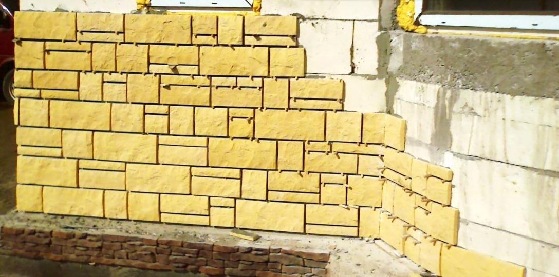 Облицовка цоколя дома искусственым камнем с расшивкой швов