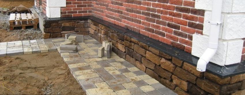 Облицовка цоколя дома искусственым камнем
